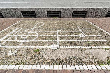 partition musique: Milan (Lombardie, Italie): Music score sur un trottoir de pavés Banque d'images