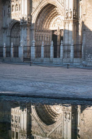 mancha: Toledo (Castilla-La Mancha, Spain): facade of the medieval cathedral, in gothic style, reflected in a fountain