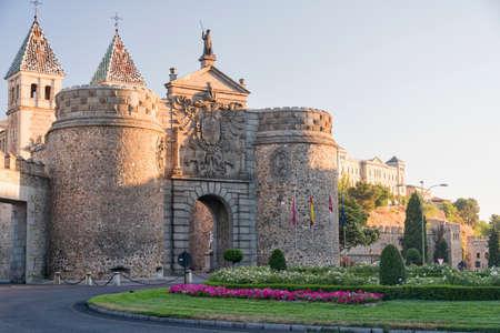 Toledo (Castilla-La Mancha, Spagna): le mura medievali e una porta Archivio Fotografico - 67298428