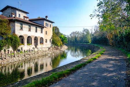 Country house along the Naviglio Grande of Turbigo (Milan, Lombardy, Italy) at fall Standard-Bild
