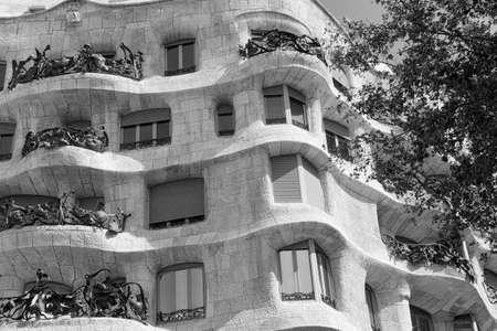 バルセロナ (スペイン ・ カタルーニャ): Paseig ・ デ ・ グラシアに沿ってガウディが、ミラ、ミラ、有名な建物を家します。黒と白 報道画像