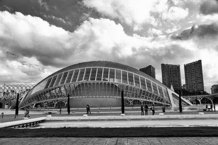 발렌시아 (스페인), 산티아고 칼라 트라 바 (Santiago Calatrava)와 펠릭스 칸델라 (Felix Candela)가 투영 한 예술 및 과학 도시. 검정색과  에디토리얼