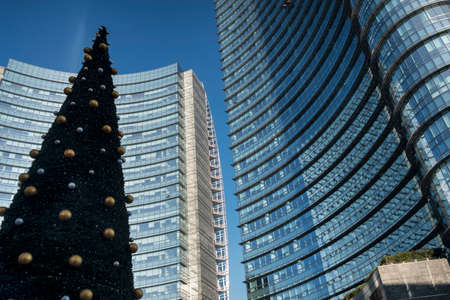 ミラノ (ロンバルディア州、イタリア): Gae Aulenti クリスマスに正方形のモダンな建物