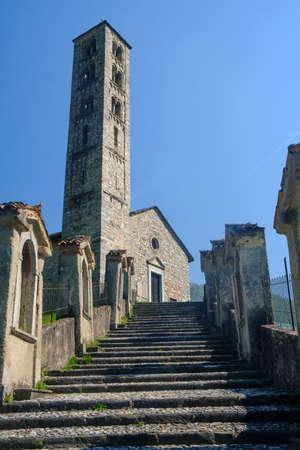 Lasnigo (Como, Lombardy, Italy) : 마돈나 델 Ghisallo에 도로를 따라 12 세기에서 지어진 Sant'Alessandro의 중세 교회