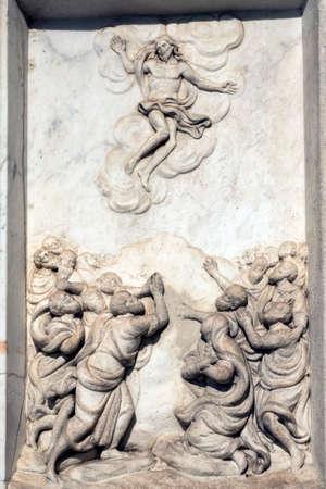 Voorgevel van historisch Certosa Di Pavia (Lombardije, Italië), middeleeuws monument. Bas-reliëf: hemelvaart Stockfoto