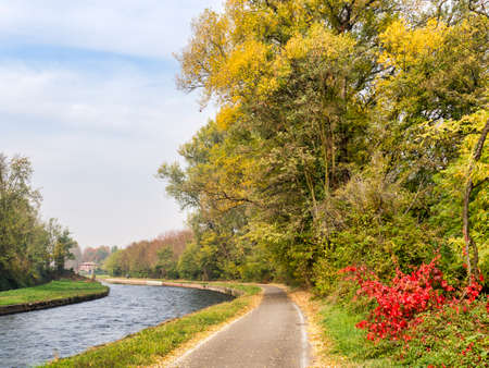 leonardo da vinci: Bicycle path along the Naviglio Grande from Abbiategrasso to Turbigo (Lombardy, Italy), near Cassinetta di Lugagnano, at fall Stock Photo