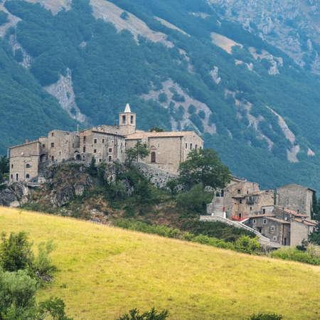 Berglandschap langs de weg van Passo San Leonardo, in Maiella (Pescara, Abruzzi, Italië) bij de zomer. Uitzicht op het oude dorp Roccacaramanico