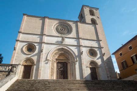 피아자 델 포폴로 (Piazza del Popolo)라고 불리는 도시의 주요 광장에있는 Todi, Perugia, Umbria, Italy의 역사적인 건물. 두오모 에디토리얼