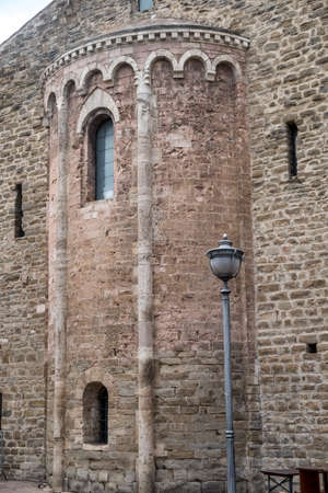 Bevagna, Perugia, Umbria, Italia: edifici della città storica: abside della chiesa medievale di San Silvestro