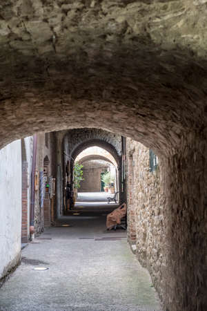 Castellina in Chianti, Siena, Tuscany, Italy: covered street in the medieval town 免版税图像