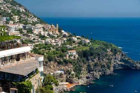 Costiera Amalfitana, Salerno, Kampania, południowe Włochy: wybrzeże latem (lipiec): widok na Praiano