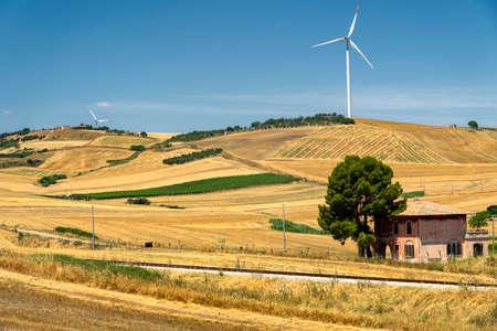 Paysage rural près de Gravina di Puglia, Bari, Pouilles, Italie du Sud, à l'été. Banque d'images
