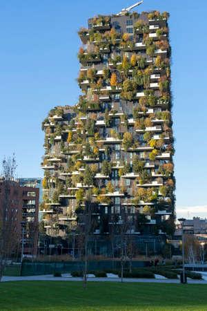 Mailand, Lombardei, Italien: moderne Gebäude in der Nähe des neuen Platzes Gae Aulenti, bekannt als Bosco Verticale