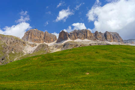 Mountain landscape at summer along the road to Pordoi pass, Dolomites, Trentino Alto Adige, Italy Stockfoto