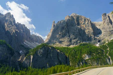 Mountain landscape at summer along the road to Gardena pass, Dolomites, province, Trentino Alto Adige, Italy Stockfoto