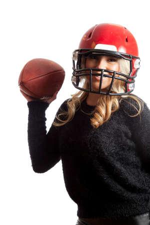 casco rojo: Muchacha bastante rubia Casco Rojo F�tbol Lanzar fondo aislado