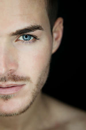 Porträt einer schönen jungen Mann halbe Gesicht