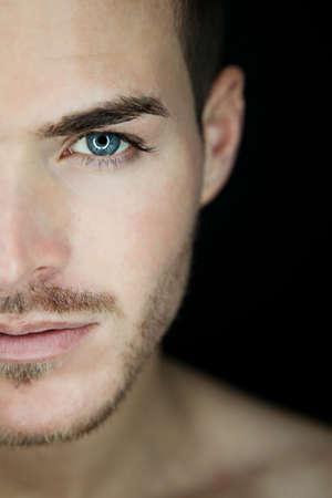 ojos azules: Retrato de una hermosa joven de media cara