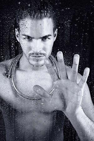 mooie jonge man die een douche