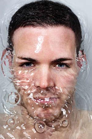 Portrait d'un bautiful jeunes sous-marine de l'homme Banque d'images