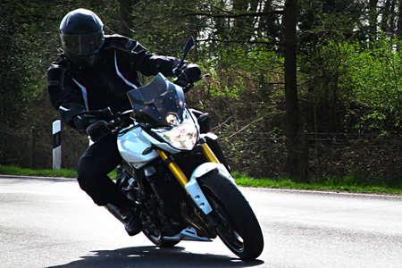 motociclista: Motorista Motorista en la carretera Foto de archivo