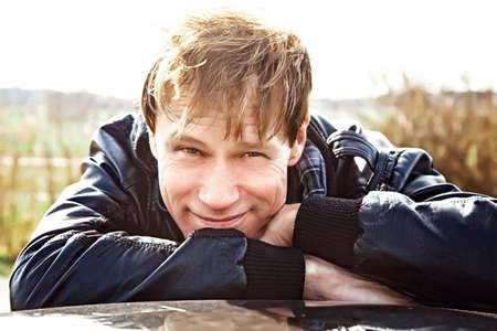 Portrait attraktive middelaged Mann im Freien Standard-Bild