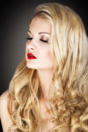 cabello rubio: Belleza Mujer Rubia. Hermosa chica con el pelo largo y rubio y rizado