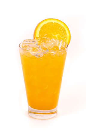 naranja: Zumo de naranja en un vaso aislado sobre fondo blanco Foto de archivo