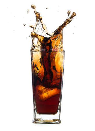 Fresh Coca Cola con spruzzata isolato su uno sfondo bianco