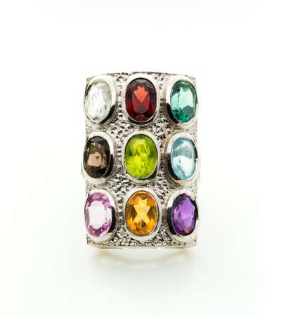 ellipse: Anillo con la piedra preciosa de color differet en el fondo de la pizca