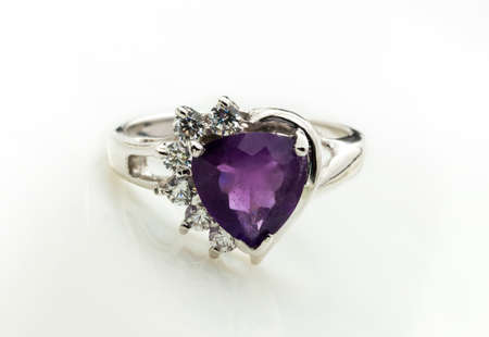 coeur en diamant: la beauté de l'anneau d'améthyste sur fond blanc