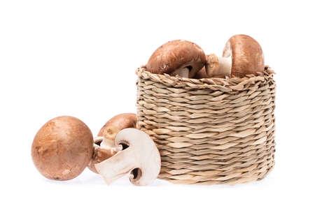 シャンピニオン キノコ白い背景で隔離のバスケット