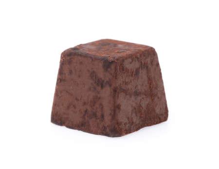 白い背景に隔離されたチョコレートトリュフ