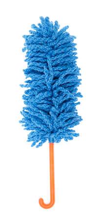 Microfibra plumero azul para limpiar la casa aislado sobre fondo blanco.