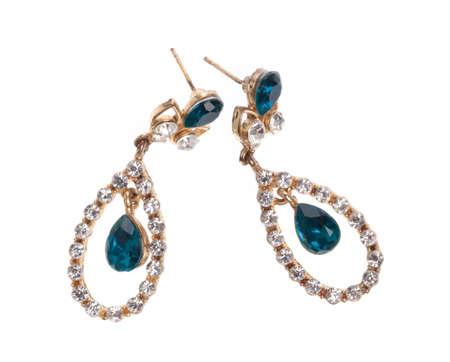 smeraldo di orecchini intarsiati con pietre preziose isolate su sfondo bianco