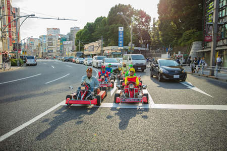 Tokio, Japón - 16 de octubre de 2016: Street kart tour, Mario kart tour es turistas disfrazados de personajes de superhéroes