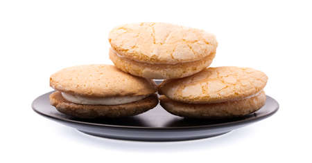 Vanilla cream biscuits on plate  isolated on white background. 免版税图像