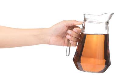 Hand, die Krug Tee lokalisiert auf einem weißen Hintergrund hält Standard-Bild