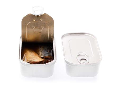 Aluminio, alimentos enlatados aislado sobre fondo blanco.