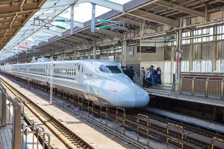 OSAKA, JAPAN - May 11: A train pulls into Station on May 11, 2018 in Osaka, Japan. Zdjęcie Seryjne - 122539843