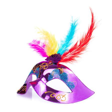 Karnevalsmaske mit Federn auf weißem Hintergrund