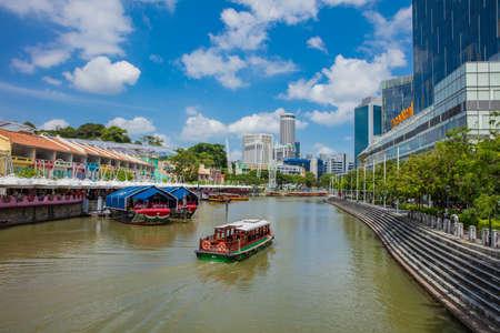 SINGAPORE - FEBRUARY 19, 2017:Tourist boat on the Singapore river along the Clarke Quay Redakční