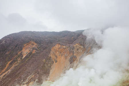Owakudani is geothermal valley with active sulfur vents and hot springs in Hakone Imagens - 124889531