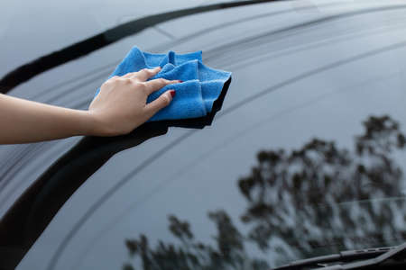hand cleaning car using microfiber cloth Imagens - 124889583