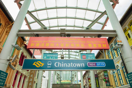 SINGAPORE - FEBRUARY 18, 2017: The famous ChinaTown Welcome sign at the entrance to China Town Imagens - 124911938