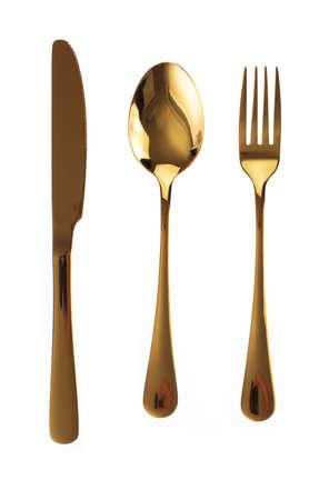 Set di posate d'oro. Forchetta, cucchiaio e coltello isolati su sfondo bianco