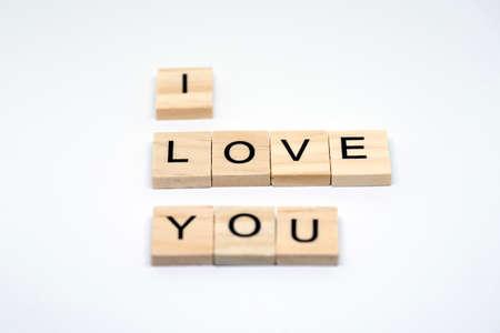 白い背景の上愛する木製文字