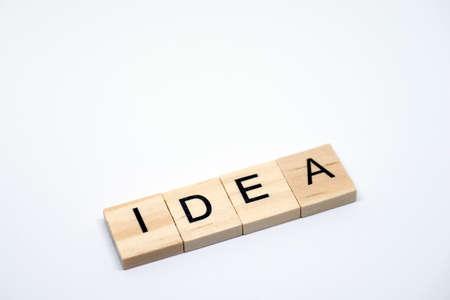 白い背景の上の「アイデア」木の手紙