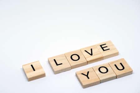 白い背景の上の木製の手紙を「愛しています」