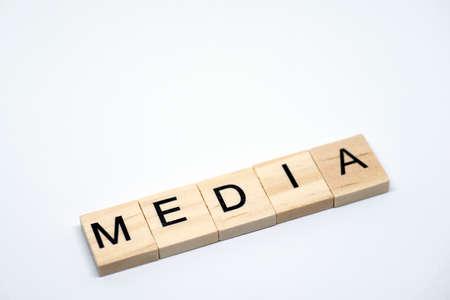 白い背景に「メディア」木製文字